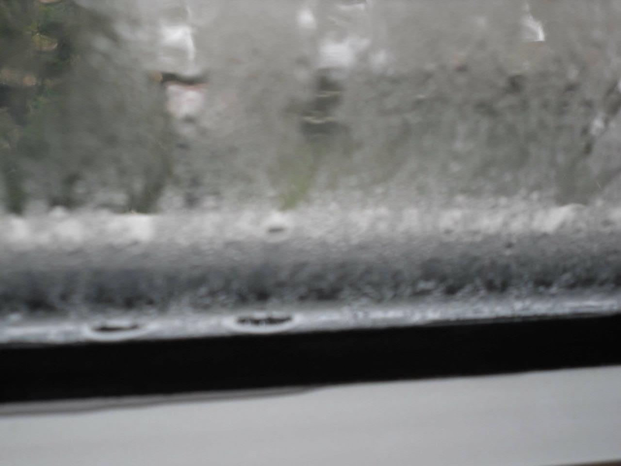 Nasse fenster und nasses fensterbrett - Fenster beschlagen zwischen den scheiben ...